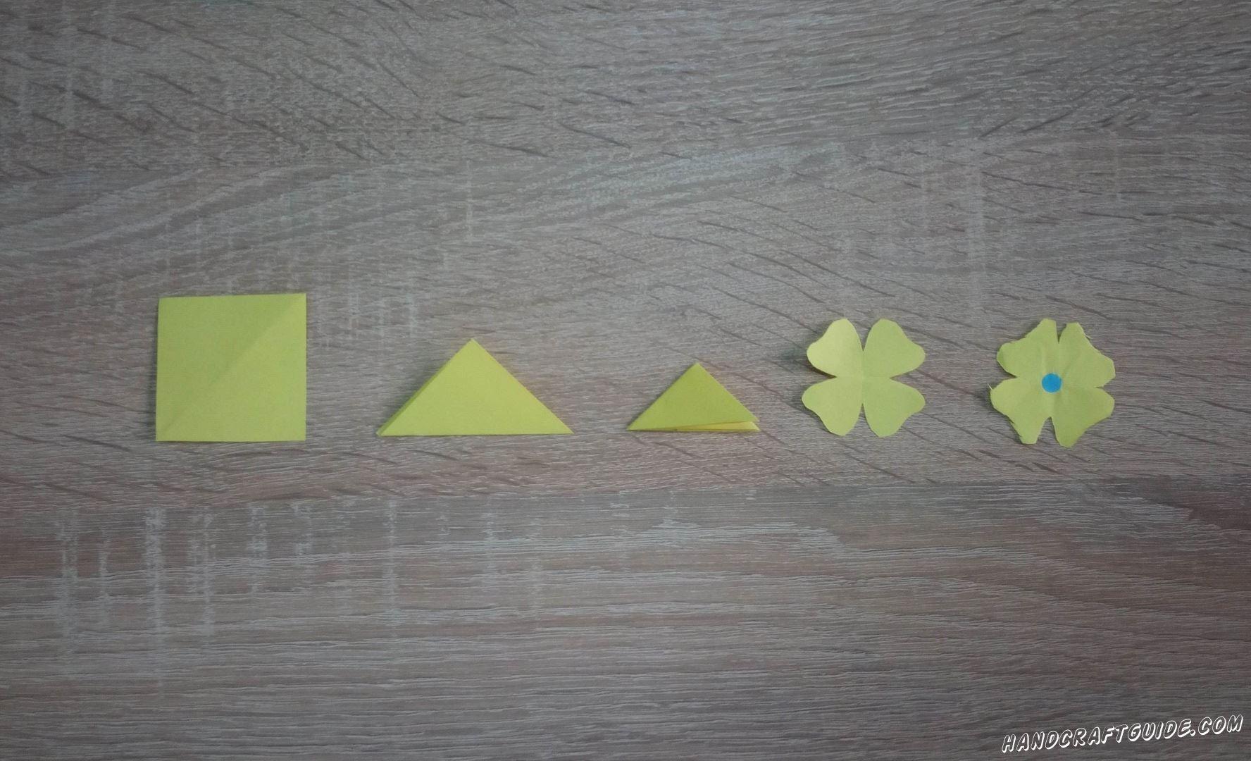 Из цветной бумаги вырезаем цветочки, по такой вот схеме