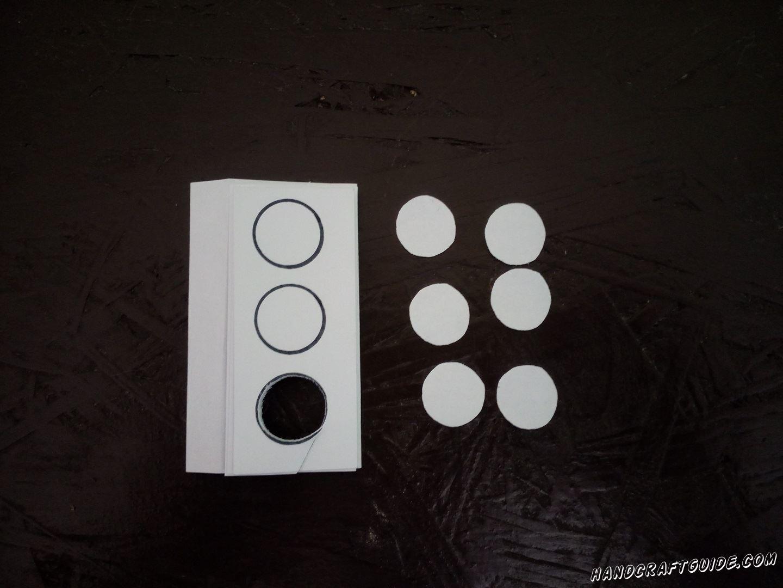 Затем, из белой бумаги, вырезаем маленькие кружочки