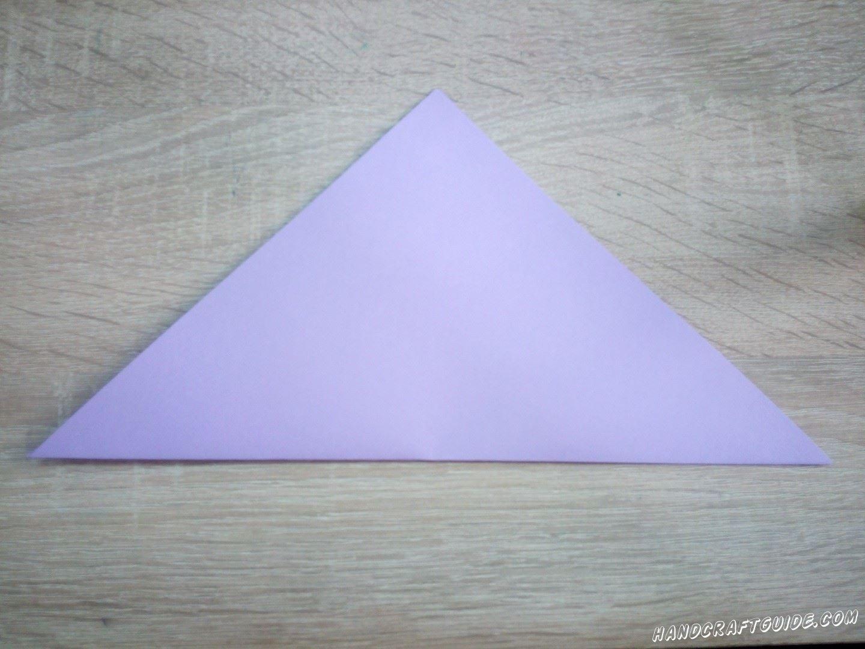 Возьмём бумагу для оригами или вырежем квадрат из цветной бумаги. Складываем треугольник