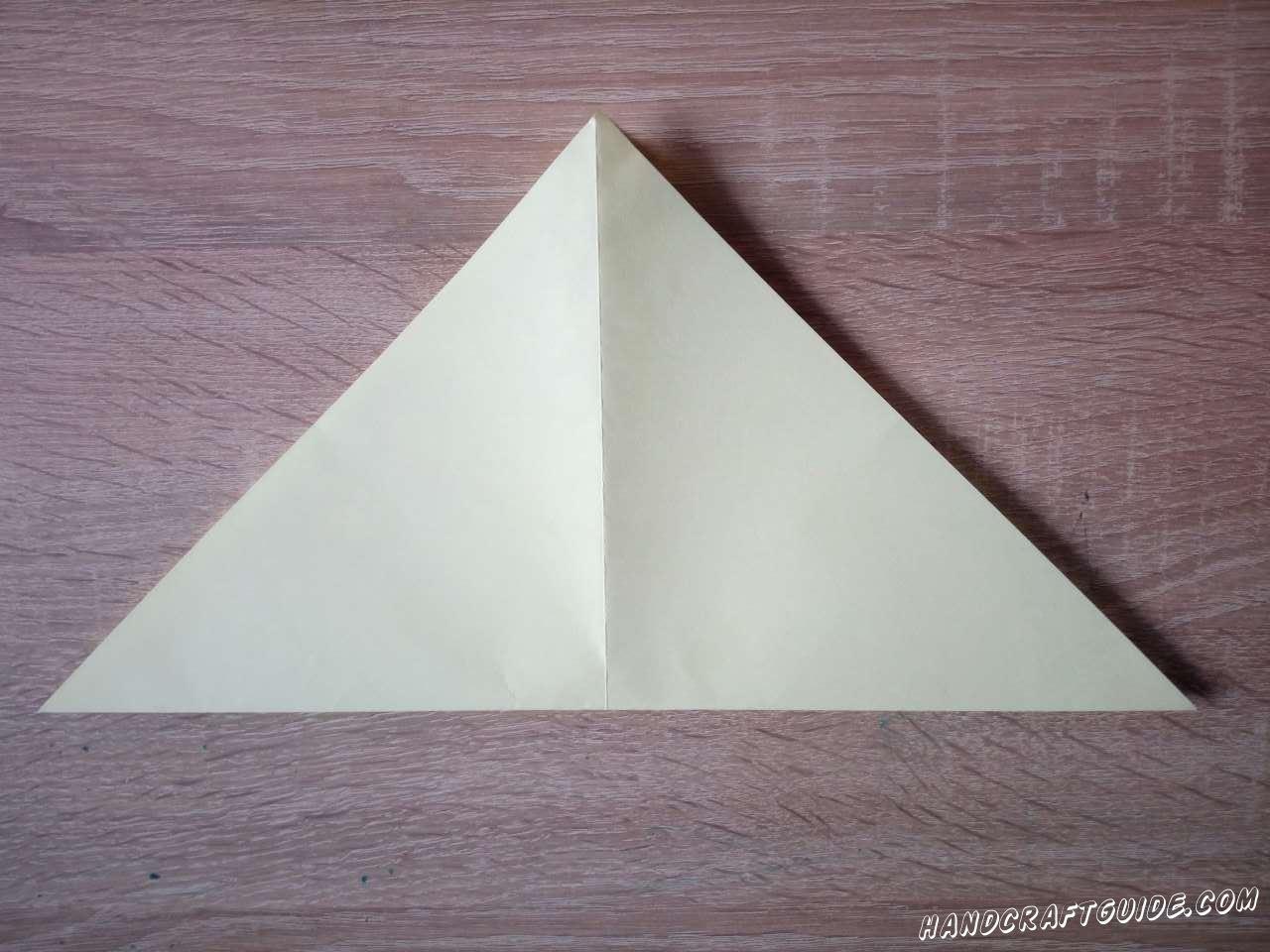 Берём светлую бумагу для оригами или вырезаем квадрат из обычной. Сгибаем в треугольник и разворачиваем Складываем снова, делая новый сгиб