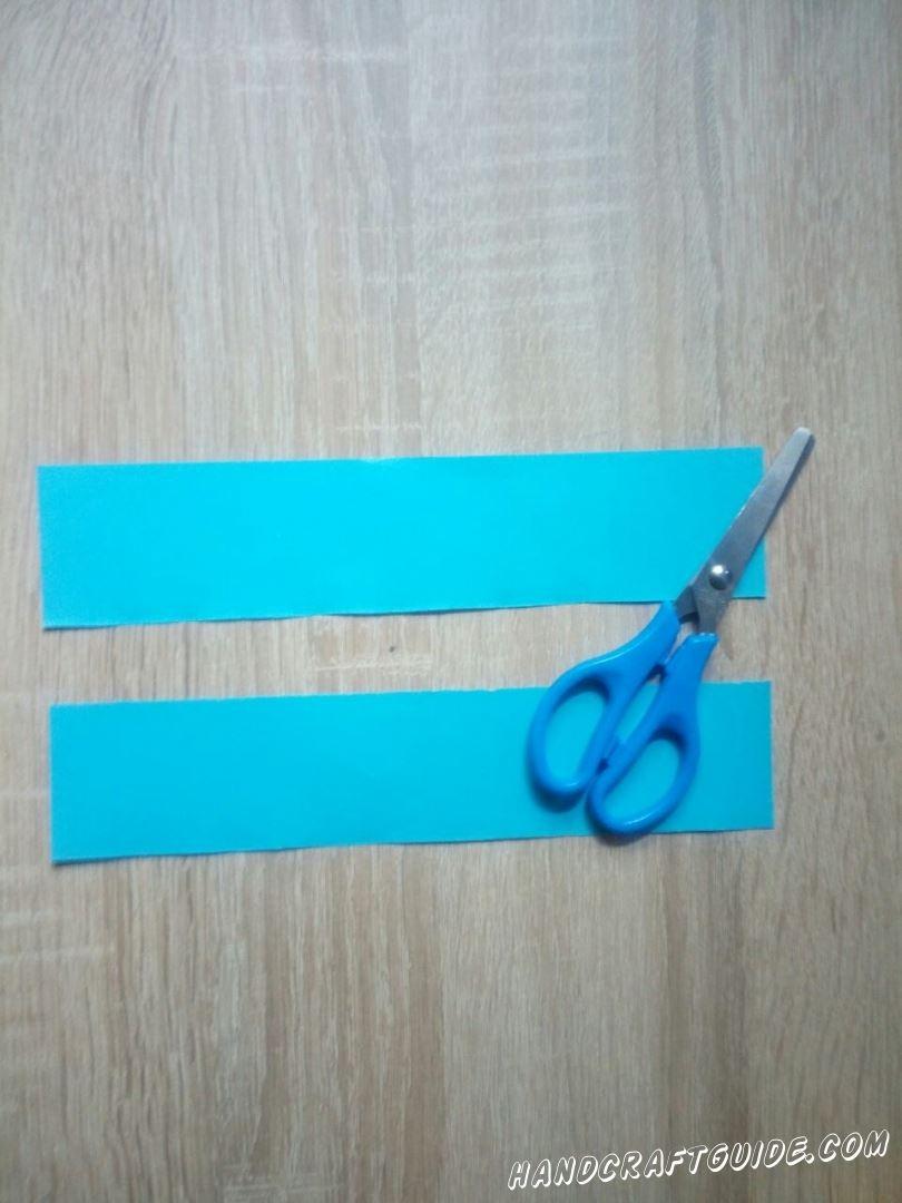 Для начала нам нужно вырезать 2 одинаковые полоски голубого цвета