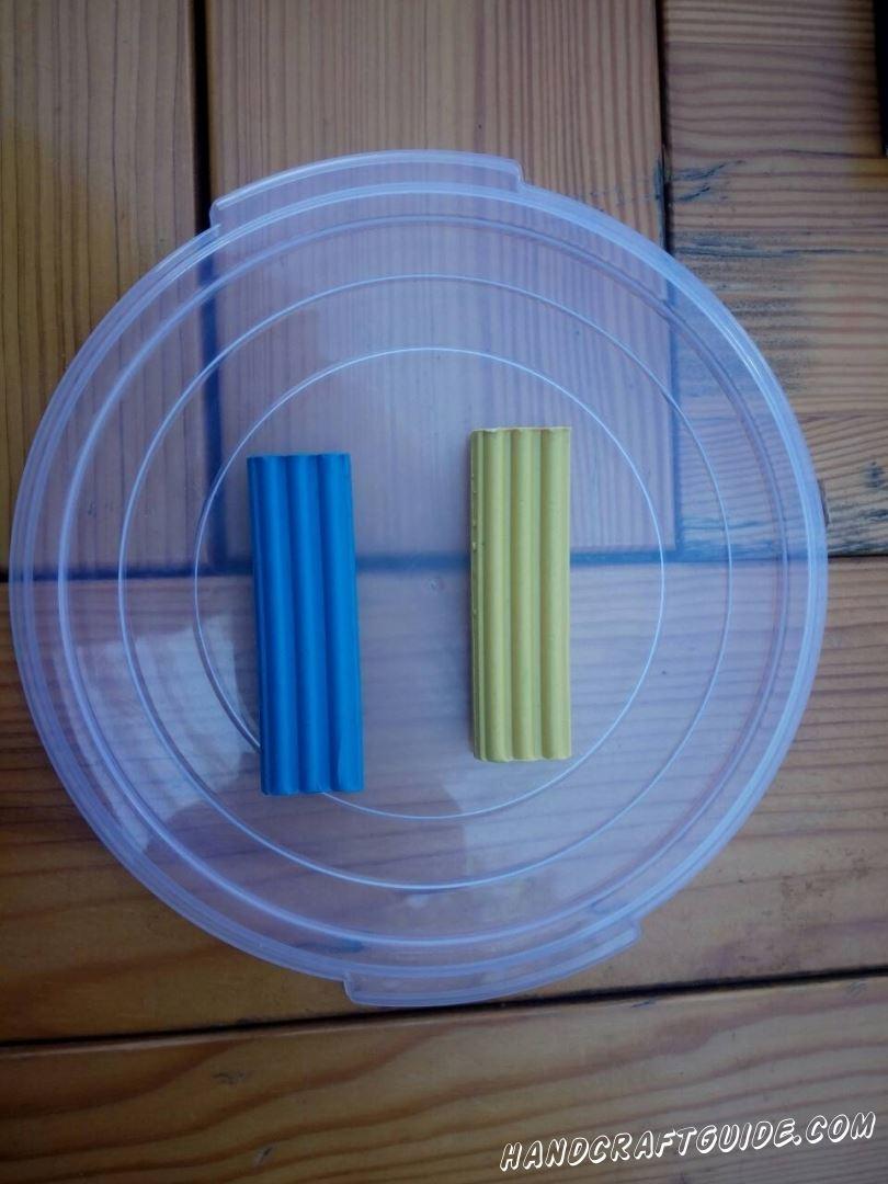 Берём пластилин желтого и синего цвета