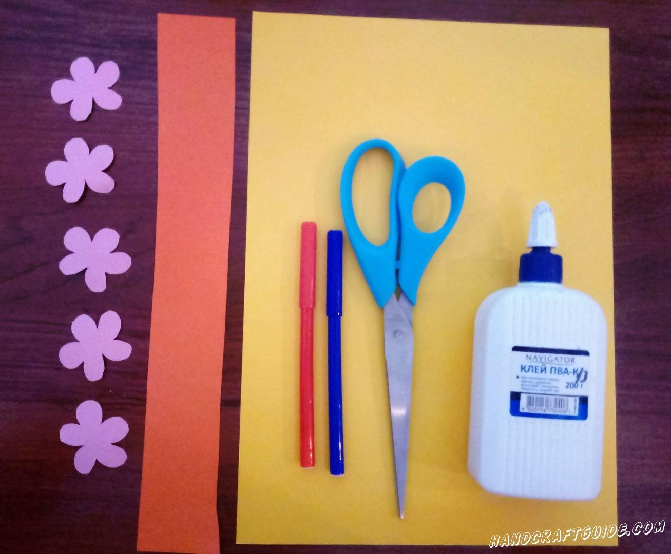 Для начала, вырезаем сиреневую и оранжевую полоски