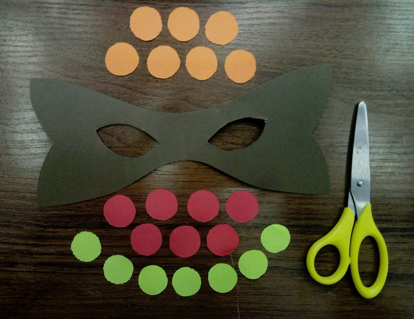 Из цветной бумаги вырезаем маску и множество разноцветных кружочков одинакового размера