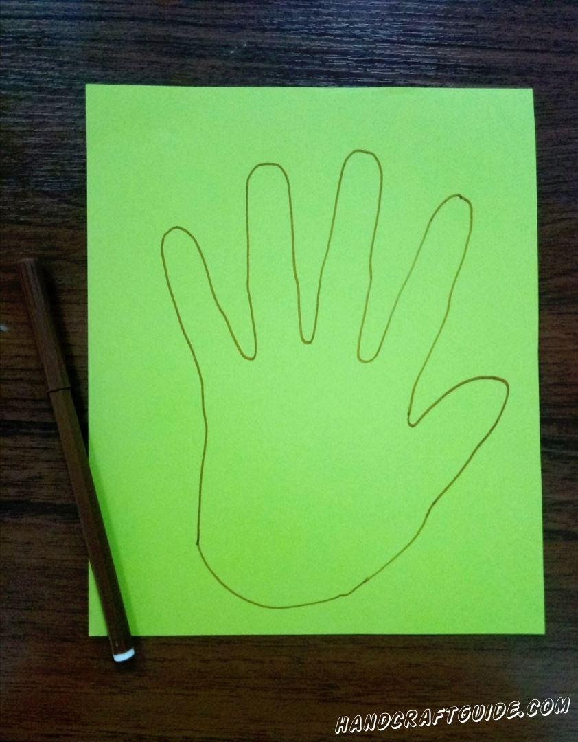 На листе бумаге обводим свою ладошку фломастером или карандашом