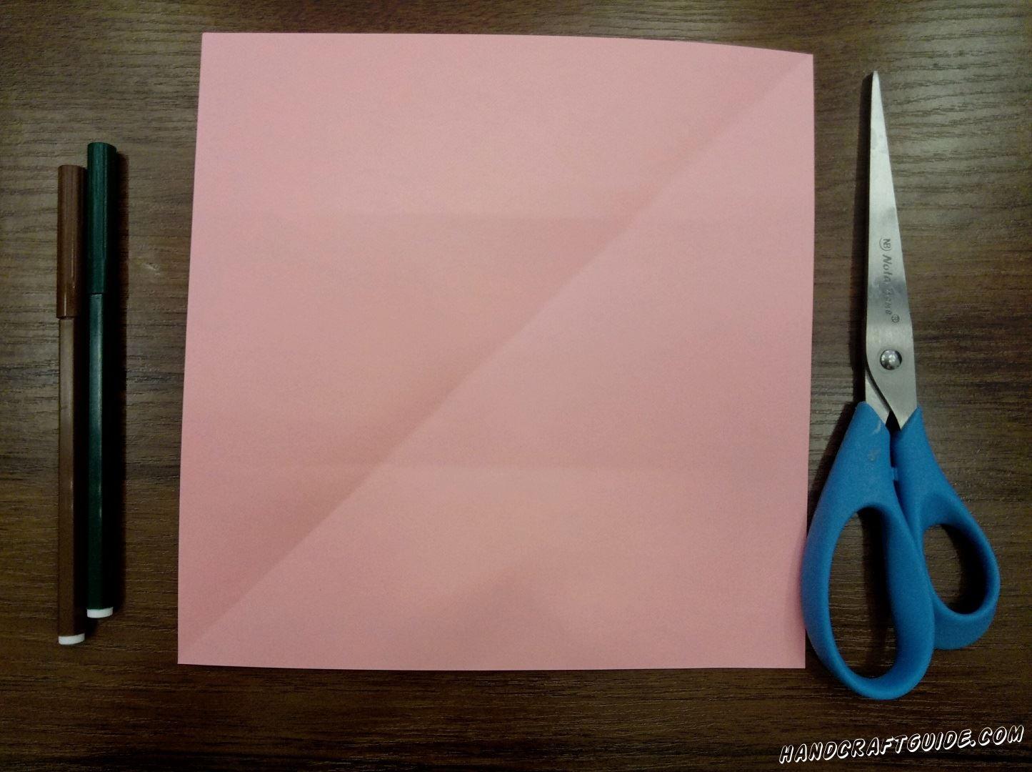 Для начала из листа А4 вырезаем ровный квадрат