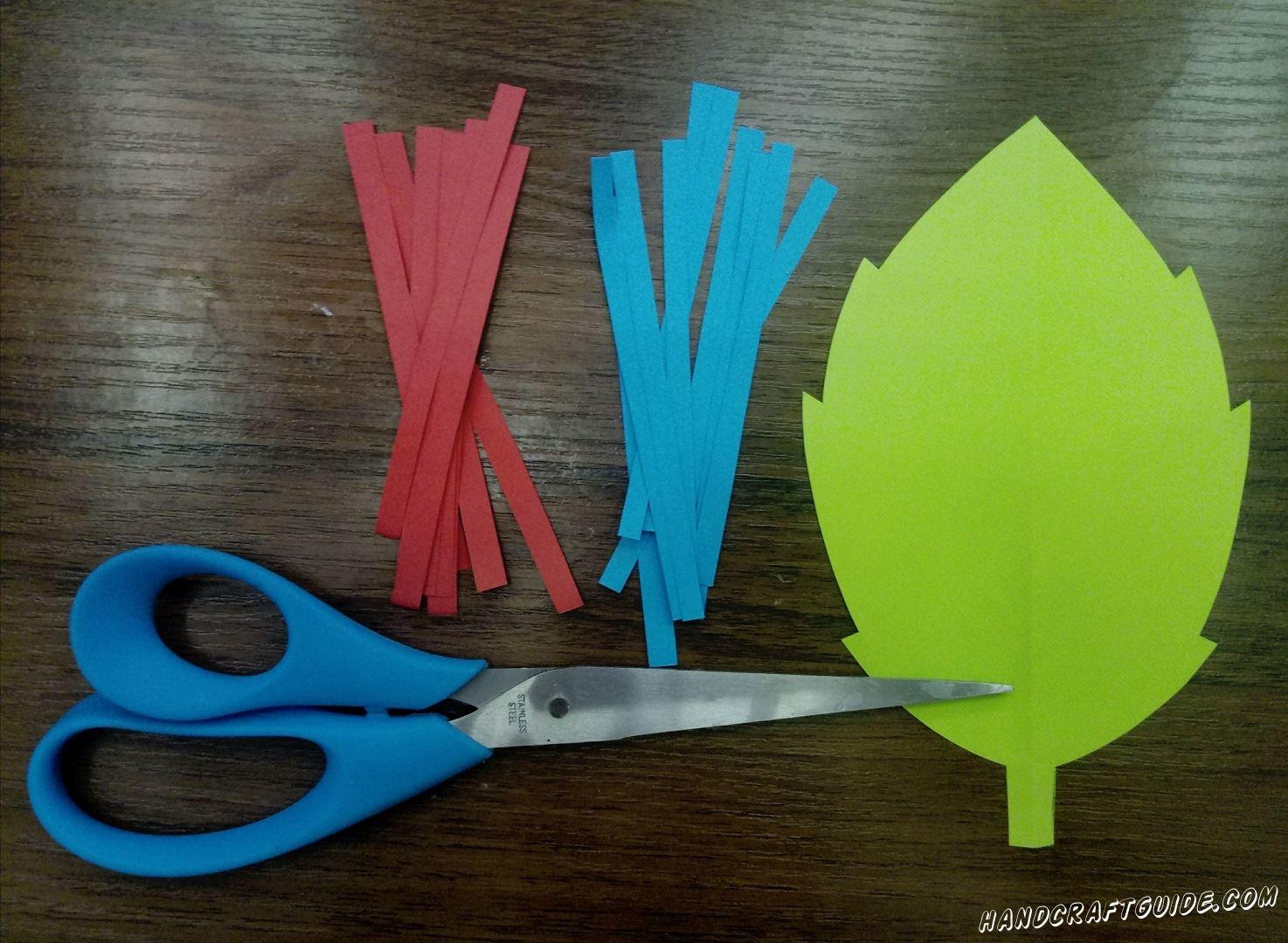 Из цветной бумаги вырезаем один большой лепесток и множество полосок двух цветов