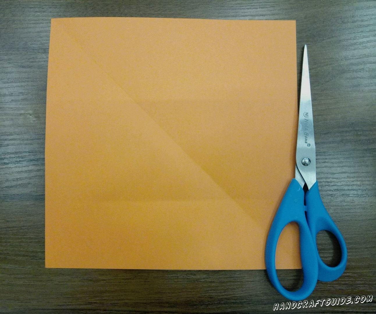 Из листа А4 вырезаем ровный квадрат