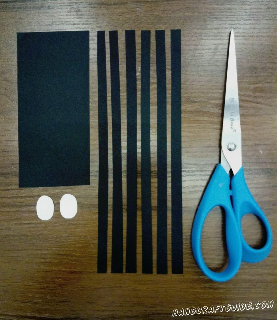 Для начала нужно вырезать 6 тонких длинных полосочек, 1 прямоугольник и 2 беленьких овала