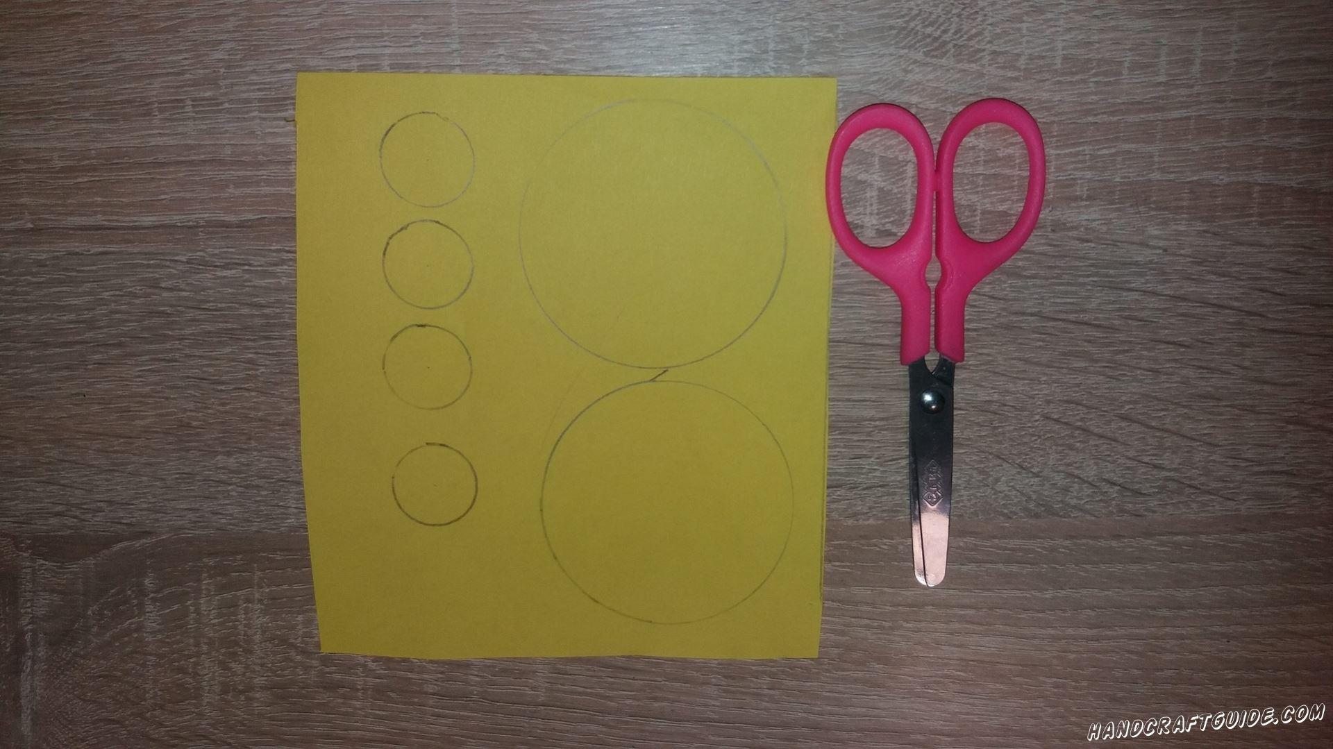 Для начала, рисуем и вырезаем 2 больших круга и 4 одинаковых маленьких кружка, желтого цвета.