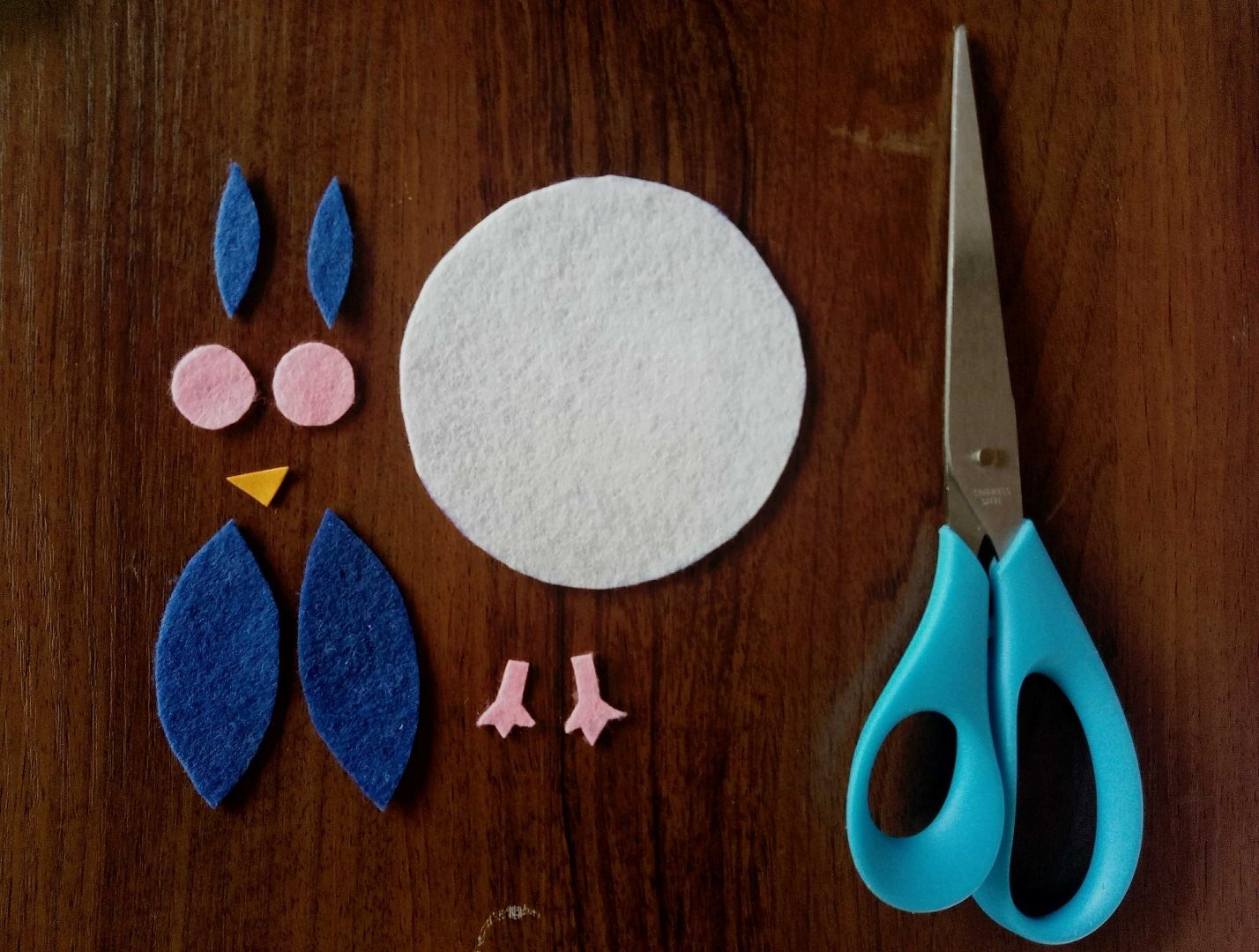 First, cut the figures out of felt, as it is shown in the picture