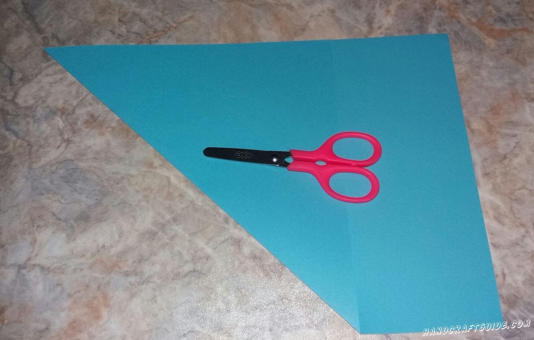 Из голубой бумаги нам нужно вырезать ровный квадрат.