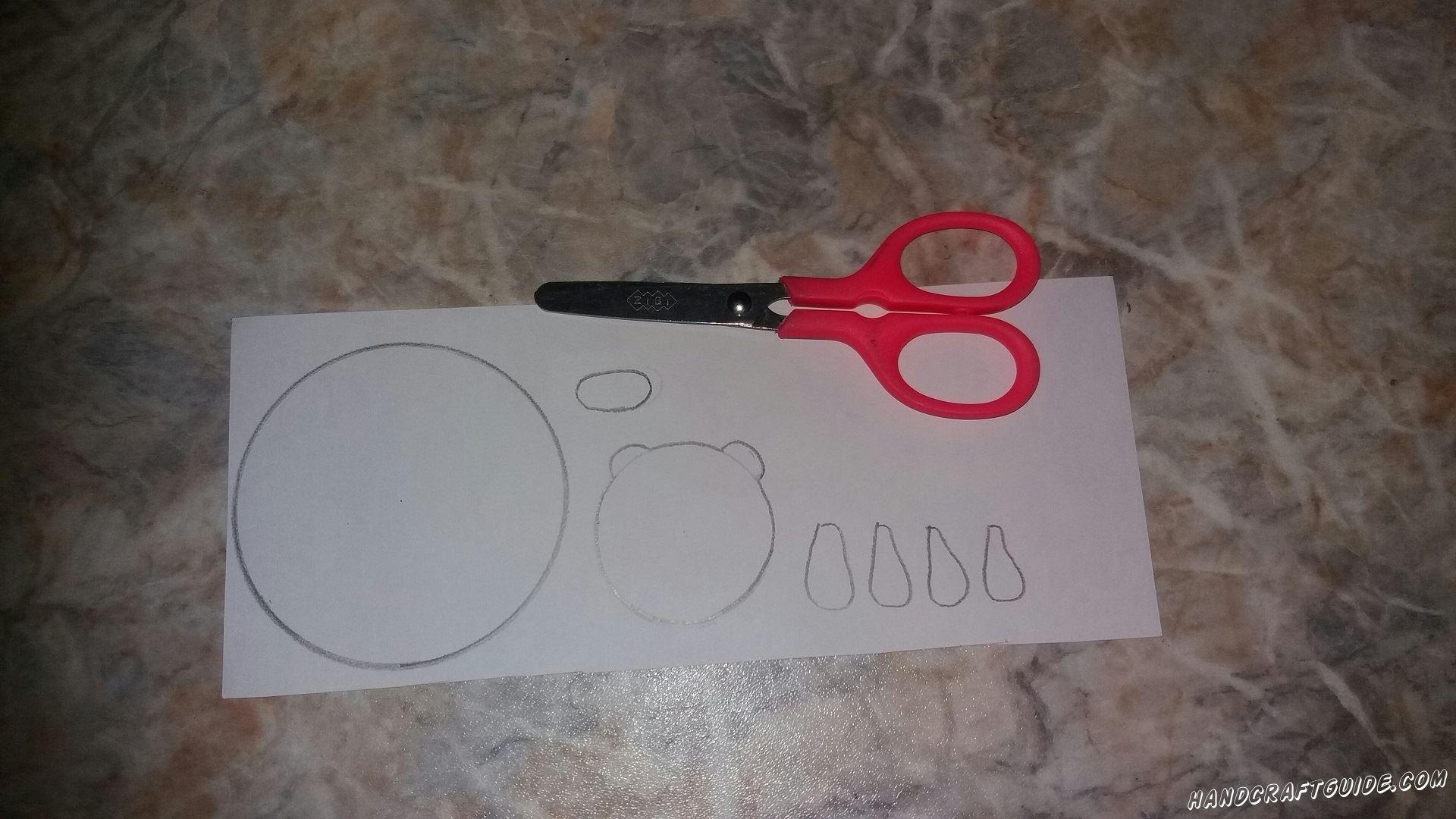 Подготовим все необходимые нам детальки. Берем белую бумагу и вырезаем большой круг, меньший круг с 2 ушками, 4 лапки и маленький овал