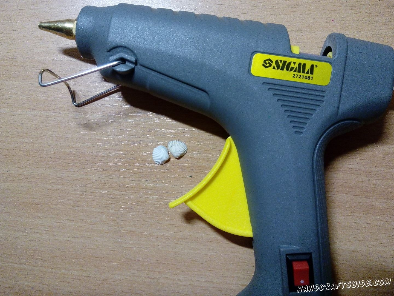 Склеим 2 маленькие ракушки одинакового размера вместе пустотой внутрь, с помощью клей-пистолета