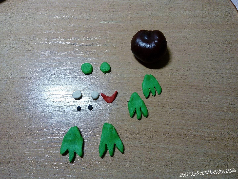 Сначала мы подготовим все необходимые нам детали из пластилина. Лепим 4 лапки и 2 плоских кружка  зелёного цвета, 2 шарика белого цвета, 2 совсем маленьких шарика чёрного цвета и небольшую улыбочку и красного пластилина