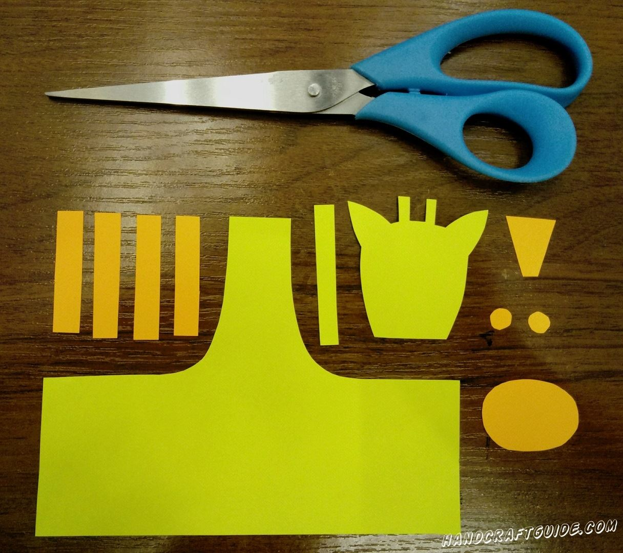 To start, from yellow and orange paper, cut out the details as in the photo.