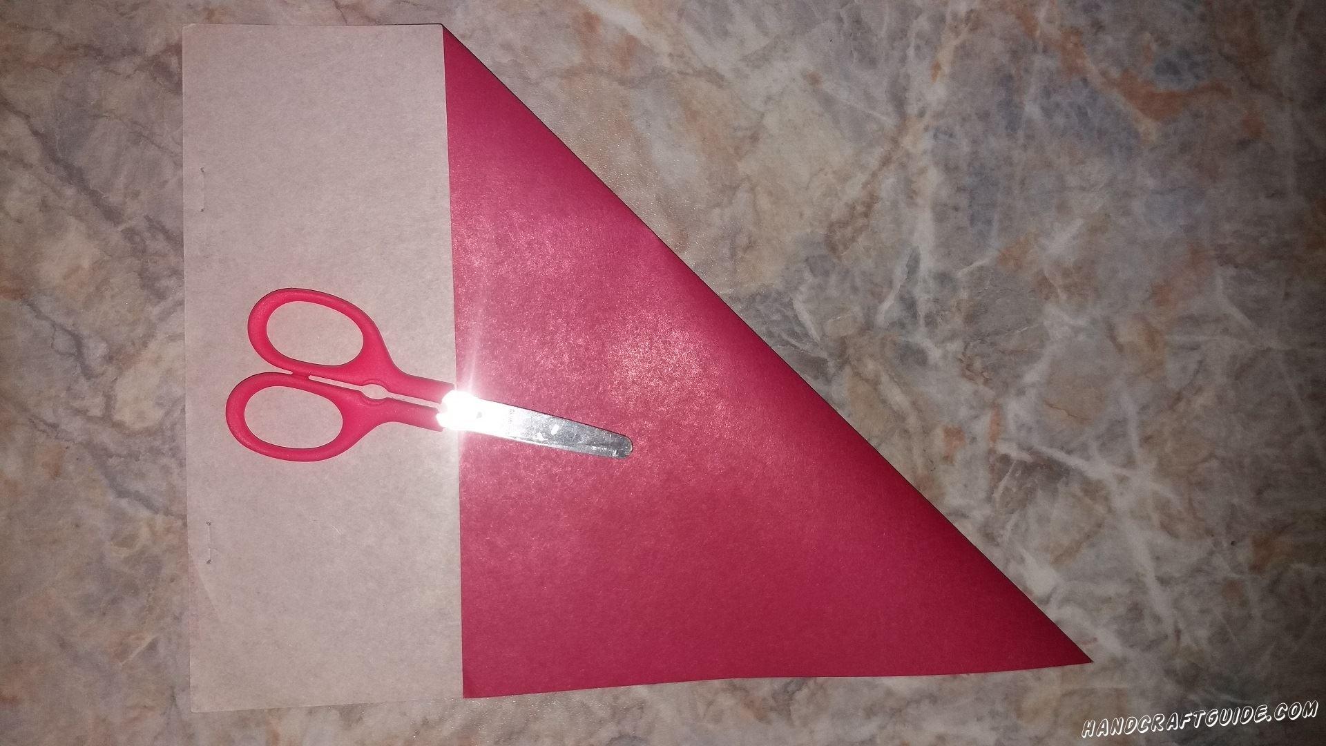 Складываем в треугольник наш лист бумаги, что обрезать лишнее и составить ровный квадрат.