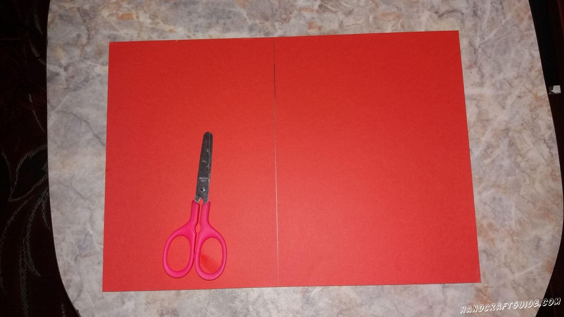 Делим лист бумаги пополам и разрезаем, получая квадрат