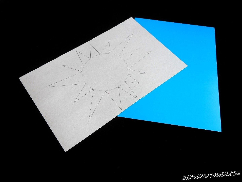 На обратной стороне желтого листа картона мы нарисуем красивое солнышки с лучиками