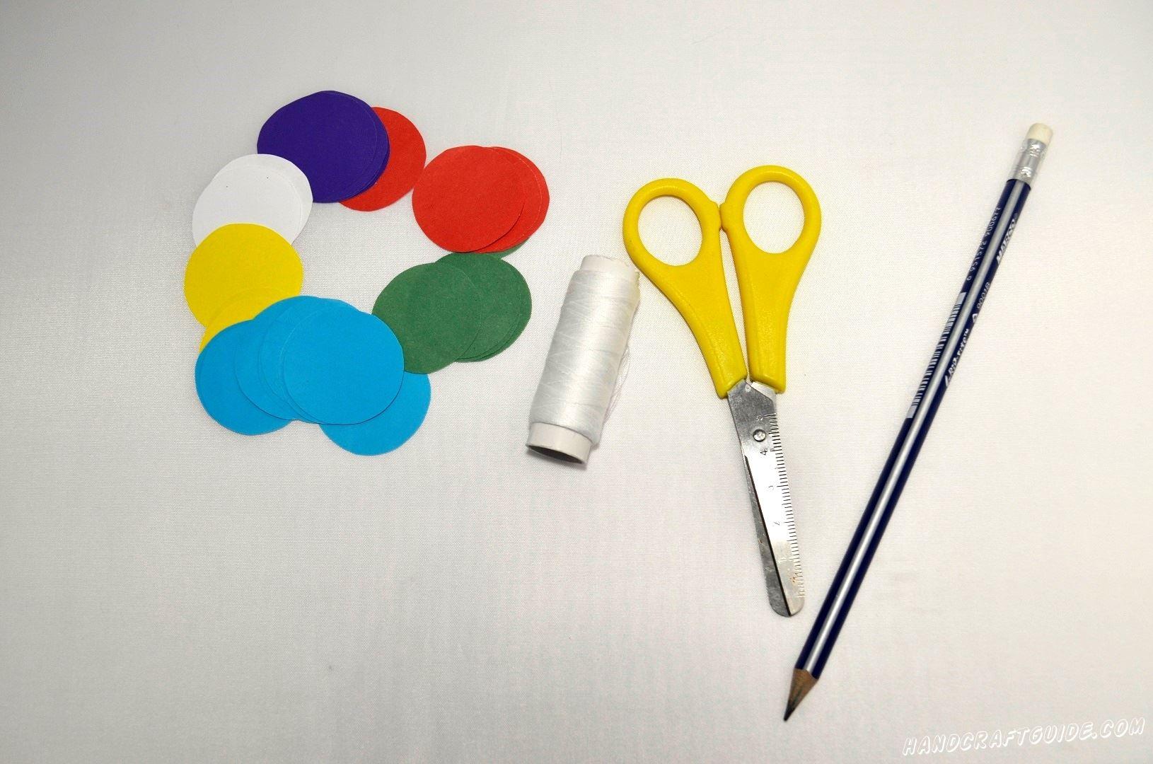 Для начала мы нарезаем множество кружочков из цветной бумаги, одинакового размера. Старайтесь сделать так, чтоб количество кружков одного цвета было парным.