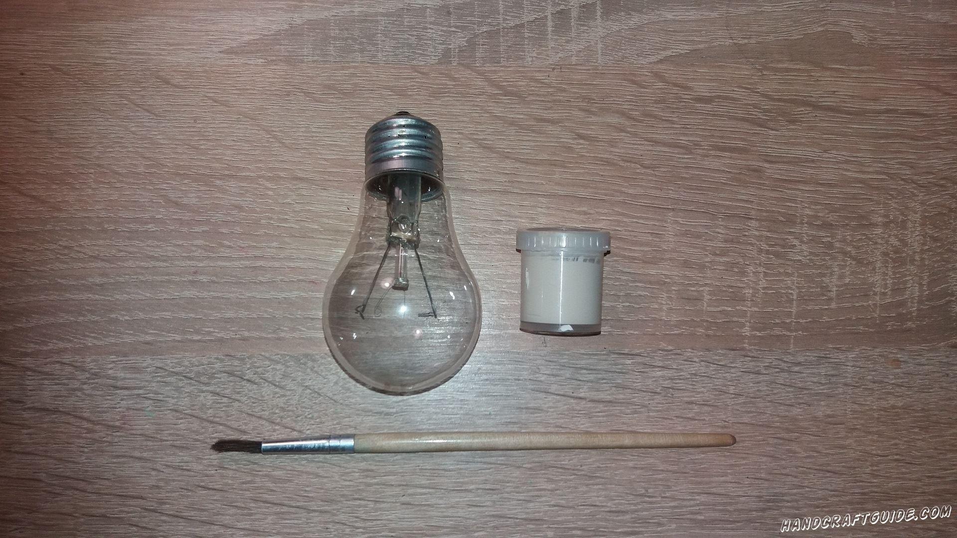 Берем белую гуашь и закрашиваем стеклянную часть лампочки .