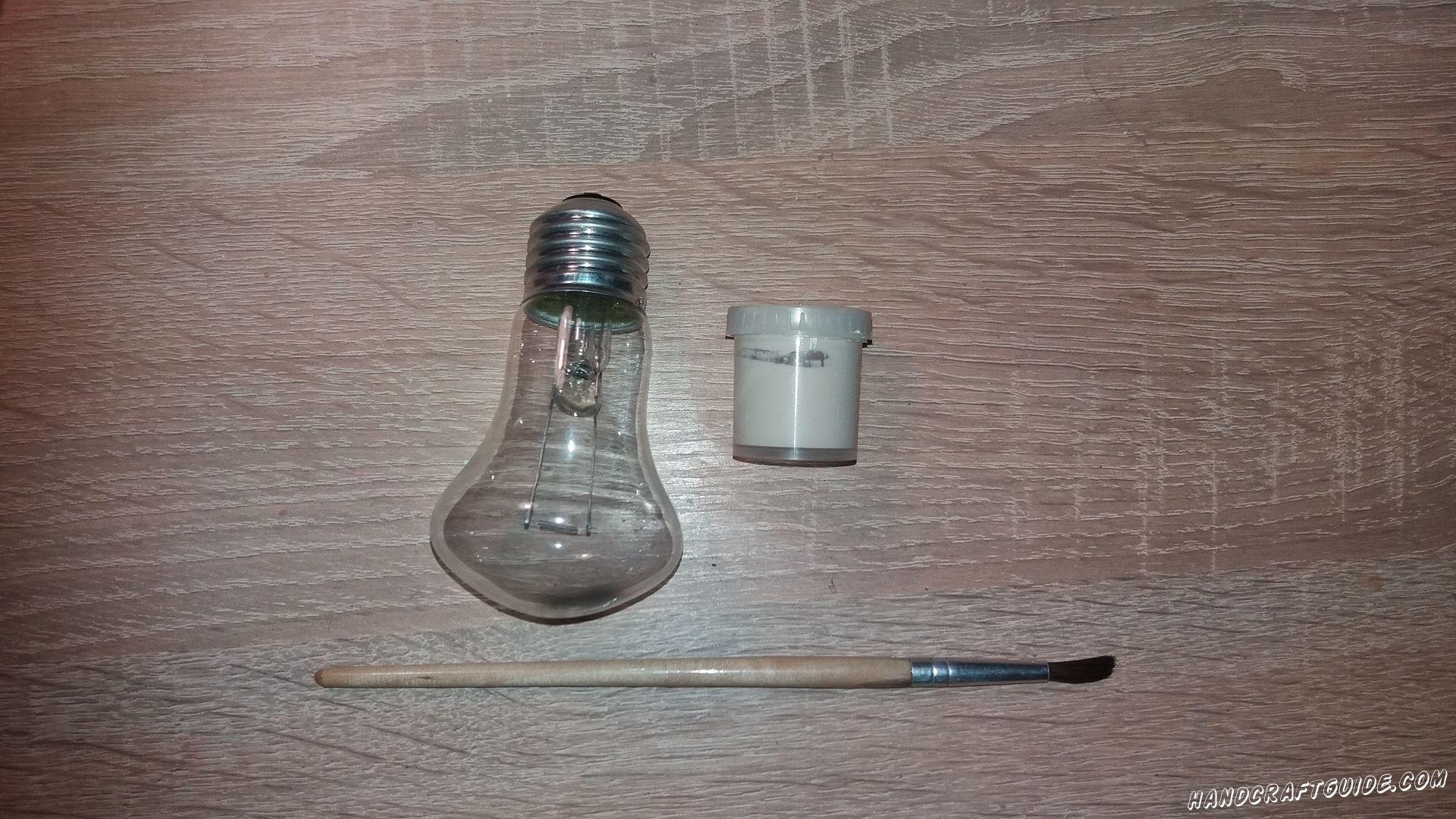 Берем лампочку и рисуем, на одной стороне, животик белой гуашью.