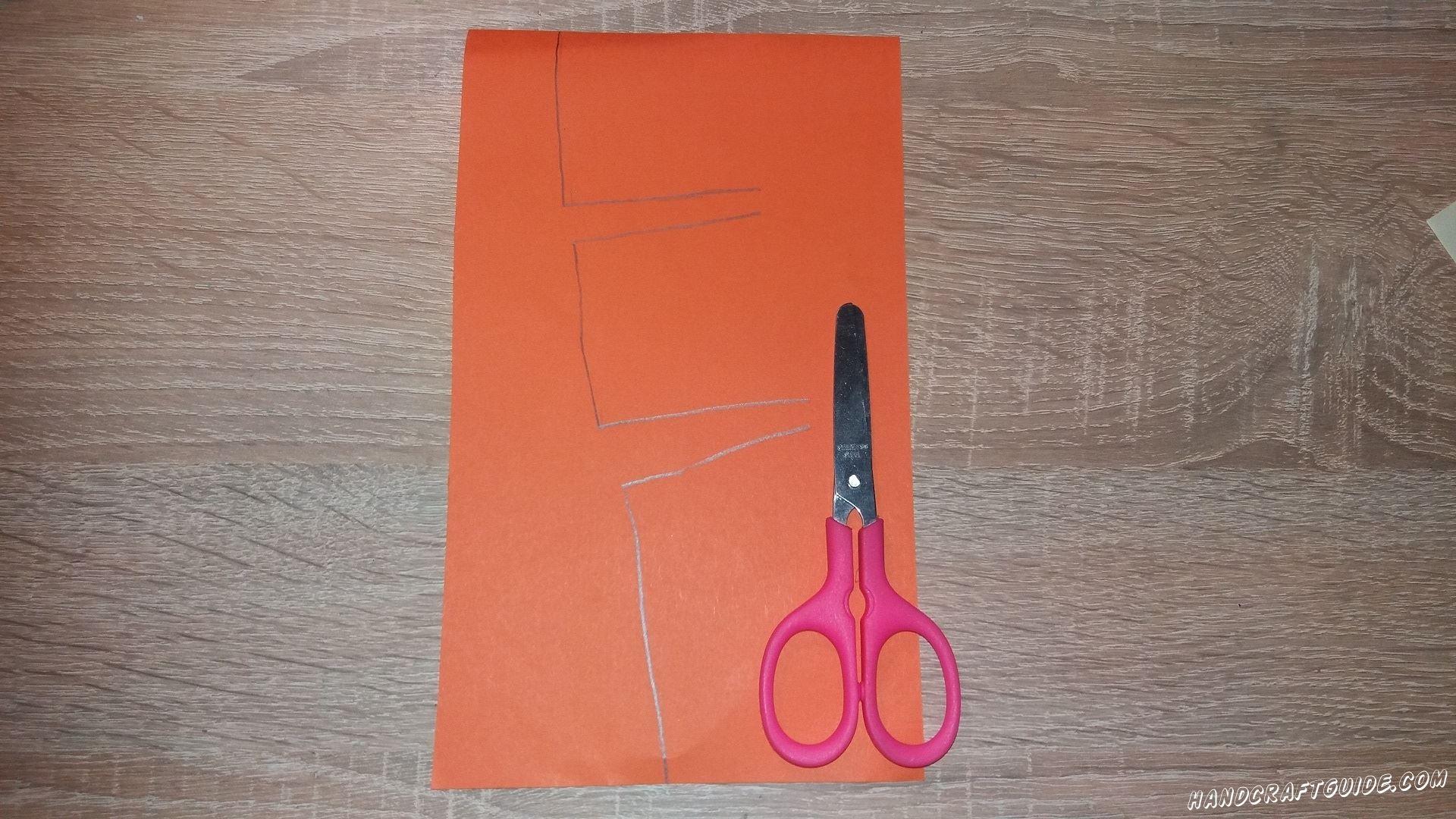 Из бумаги коричневого или оранжевого цвета вырезаем часть дерева с веточками в одну сторону.