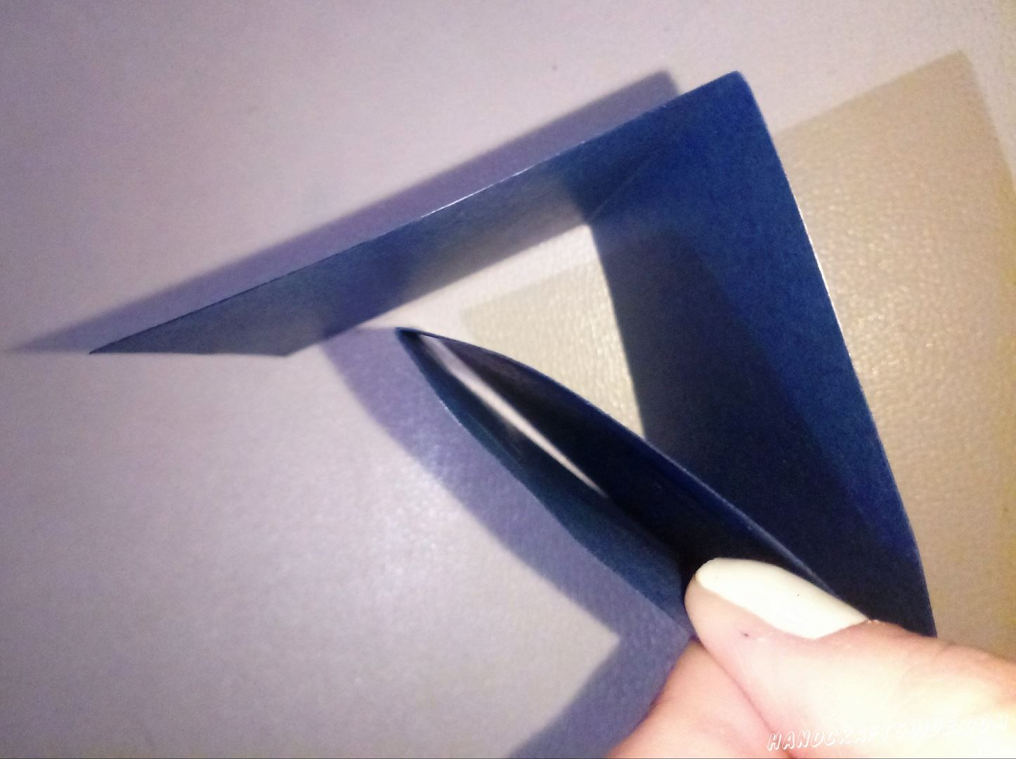 Берем широкую полоску синей бумаги и сгибаем её до небольшого прямоугольника