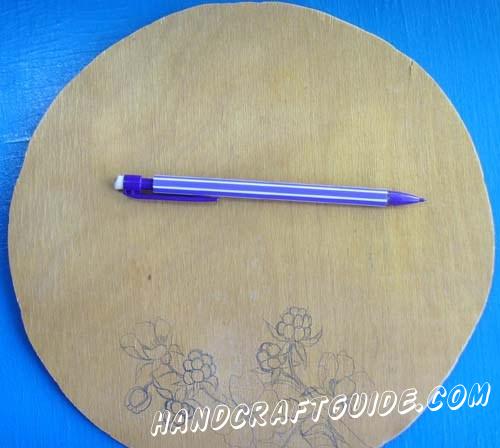 Для начала мы возьмем фанерную досточку круглой формы и повторяем рисунок, как на фото, с помощью шариковой ручки