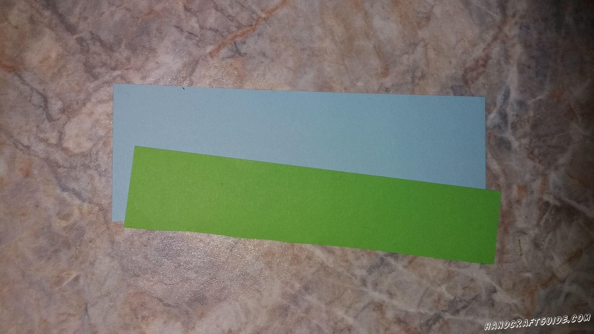 Вырезаем одну широкую голубую и одну узкую зелёную полоски, одинаковой длины.