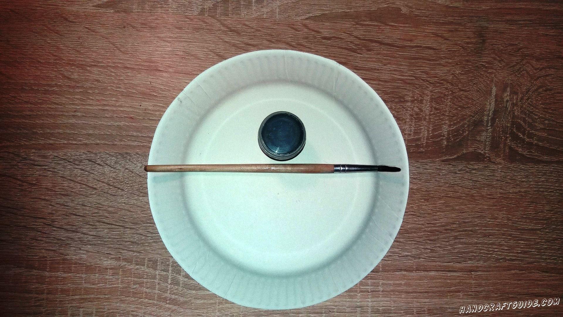На белой тарелочке мы рисуем 2 пятнышка черного цвета. Они должны находиться рядышком. Это пятнышки под глазками панды