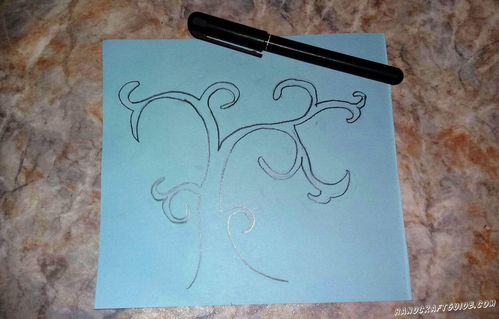 На голубом листе бумаги мы рисуем красивую основу дерева.