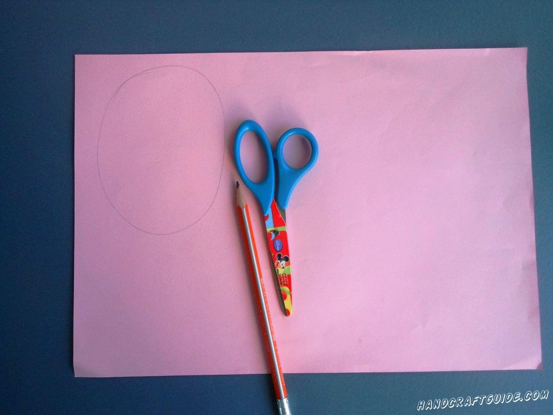 Для начала вы берём в руки лист розовой бумаги, рисуем на нем овал и множество небольших полосок, шириной в 1 см.