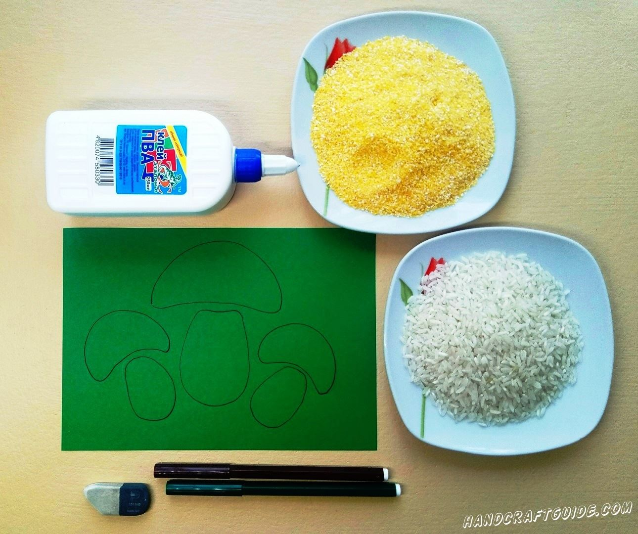 Рисуем наши грибочки на листе бумаги зелёного цвета