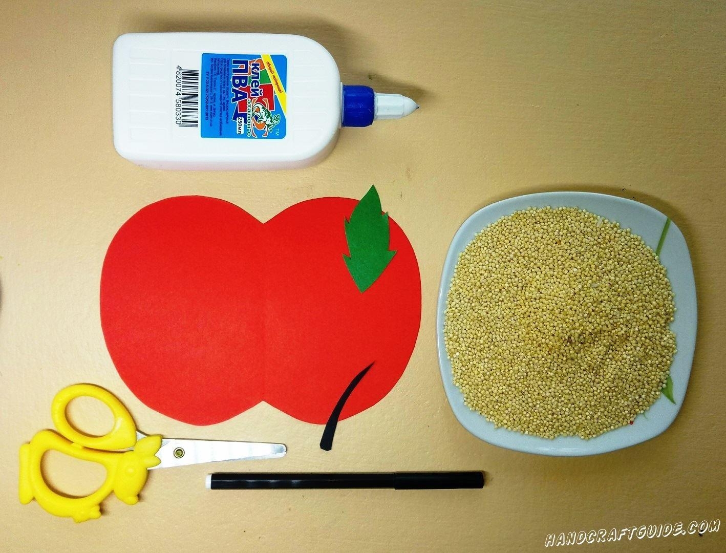 Из бумаги красного цвета мы вырезаем большое яблоко. Затем берем в руки черную и зелёную бумагу и вырезаем листочек с отростком