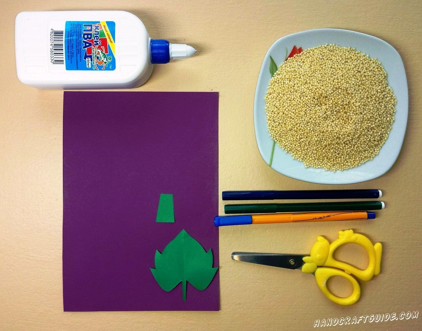 Из бумаги зелёного цвета вырезаем стручок и листочек