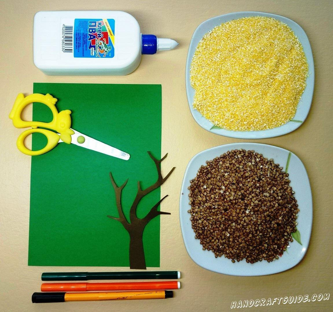 Для начала вырезаем основу дерева из бумаги коричневого цвета
