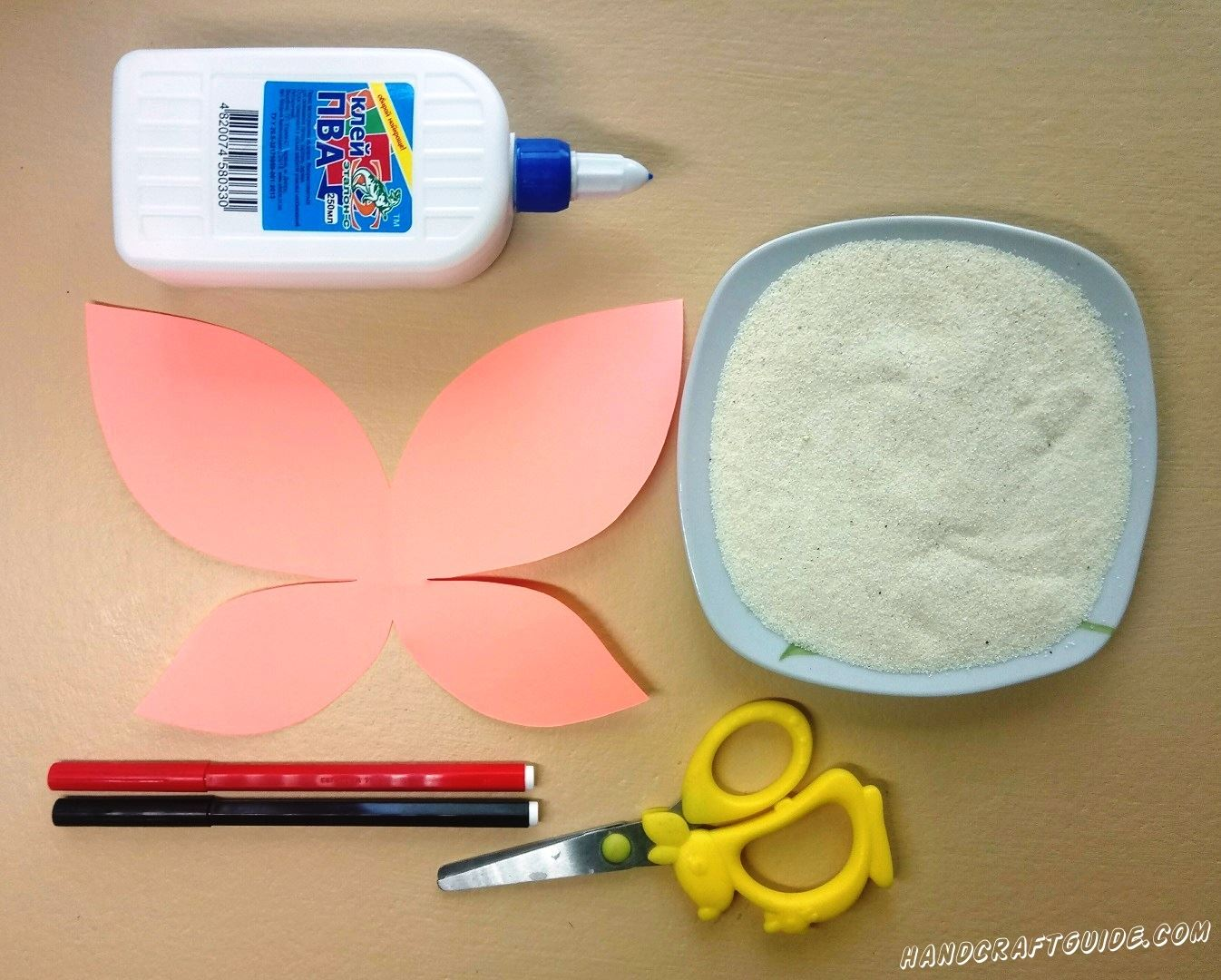Из розового листка бумаги вырезаем красивую бабочку