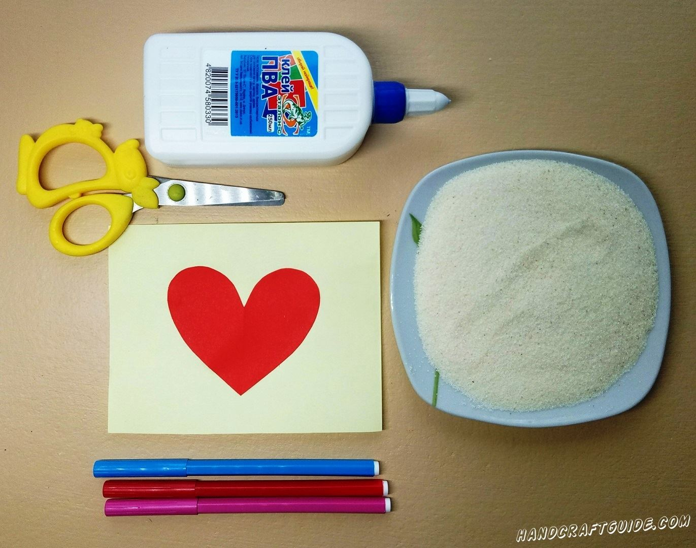 Рисуем крылышки сердечку и ещё одно сердце внутри наклеенного бумажного сердечка