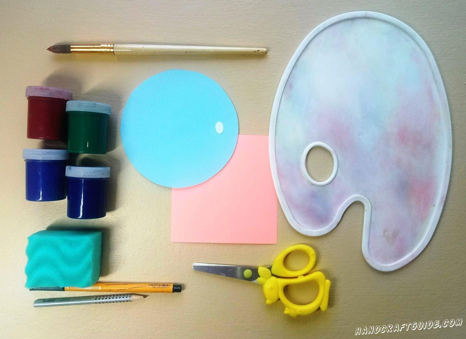 Из голубой бумаги вырезаем ровный круг, а также маленький кружочек из бумаги белого цвета