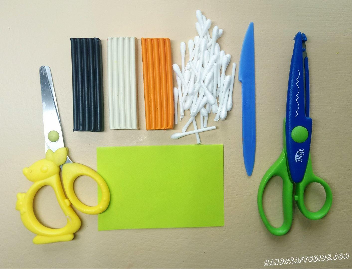 Разрезаем наши ватные палочки пополам