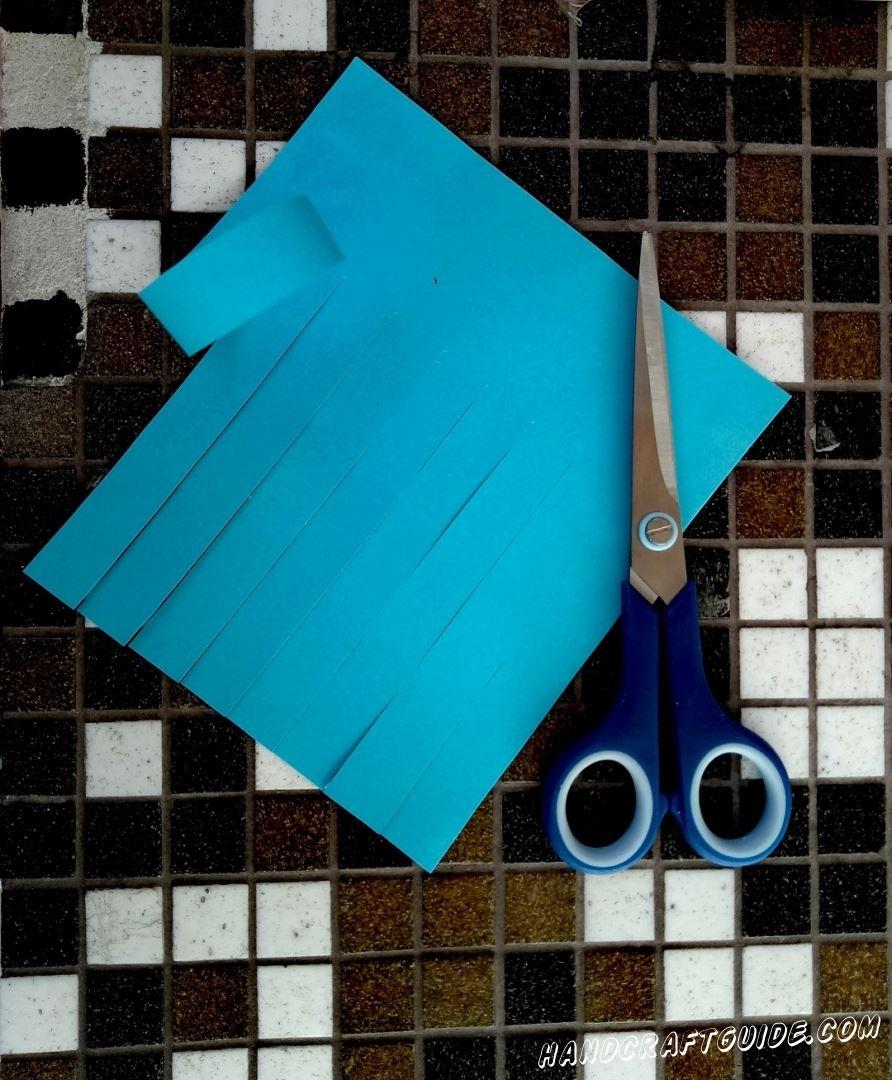 Квадратный лист бумаги разрезаем, не до конца, с интервалом в 1-2 см, как на фото