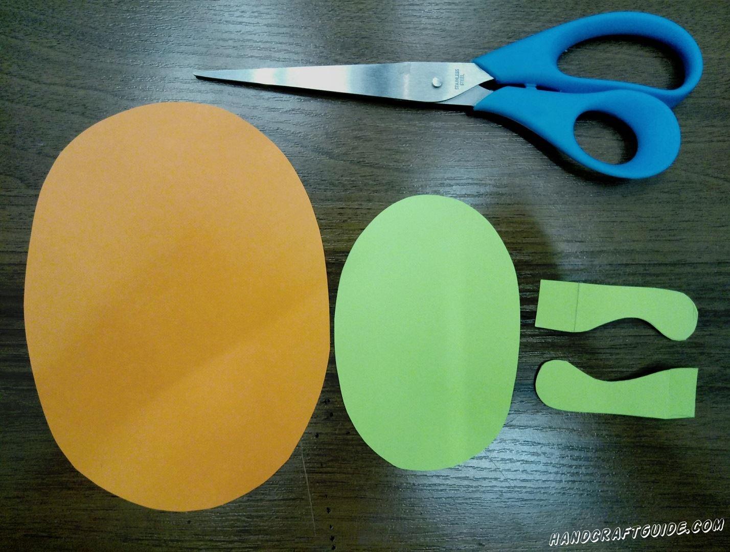 Для начала, нужно вырезать все необходимые детали, а именно: большой овал оранжевого цвета, меньший овал фиолетового цвета и такого же цвета 2 детальки, похожие на лапки
