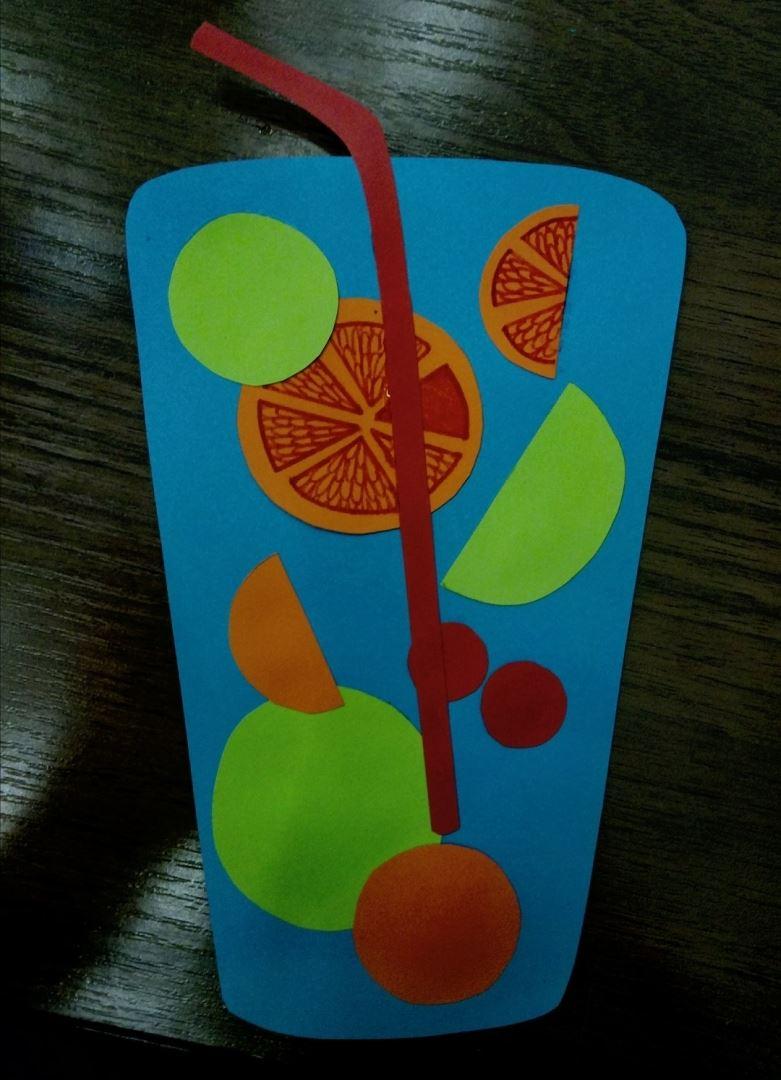 Затем вырезаем из цветной бумаги дольки фруктов (лимон,апельсин,вишня и и.д.)
