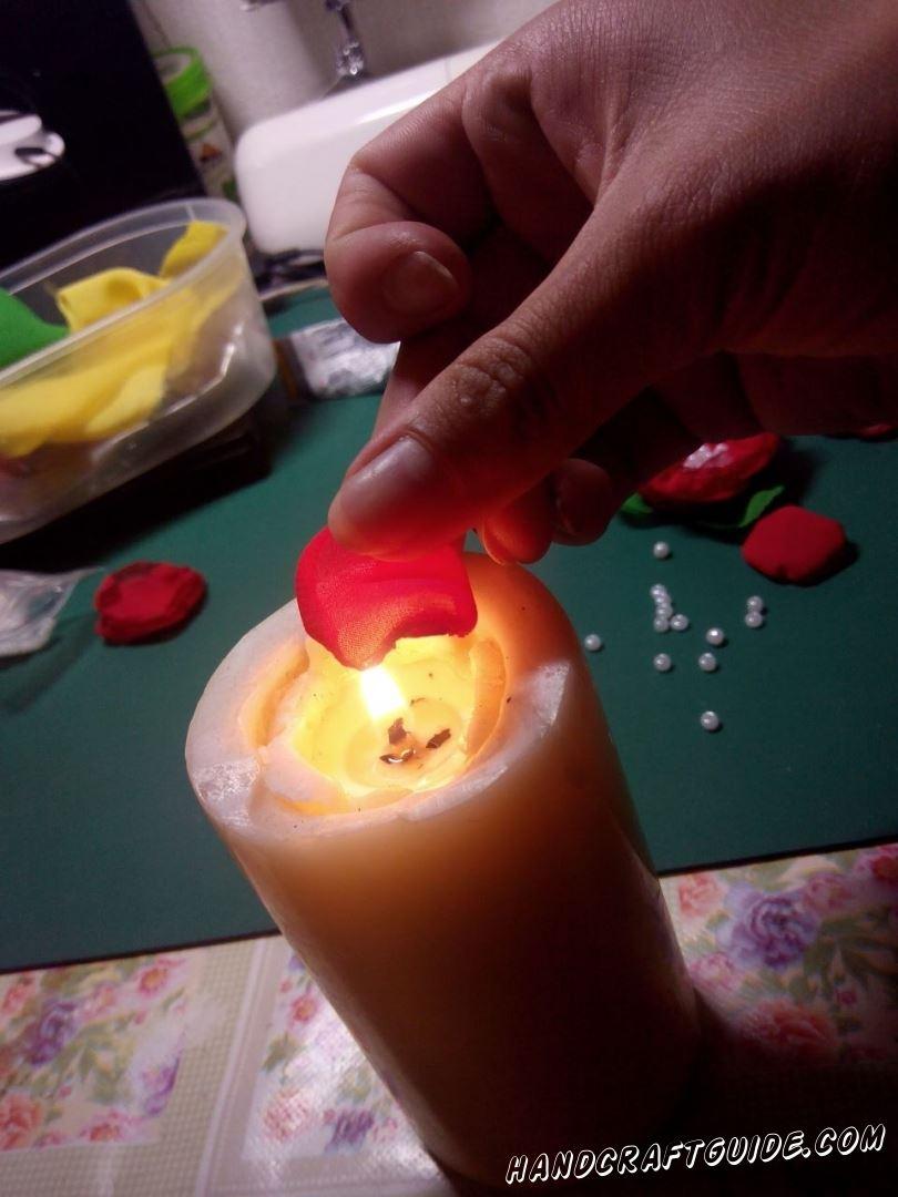 С помощью зажигалки зажигаем свечу и наши части опаливаем по краям, так чтоб они немного завернулись вверх