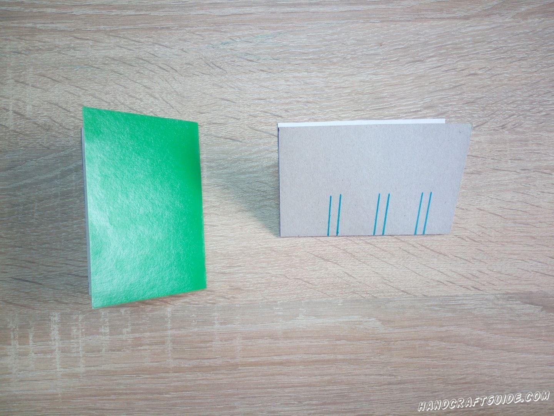 Затем, складываем лист картона пополам и рисуем линии на сгибе не цветной стороны