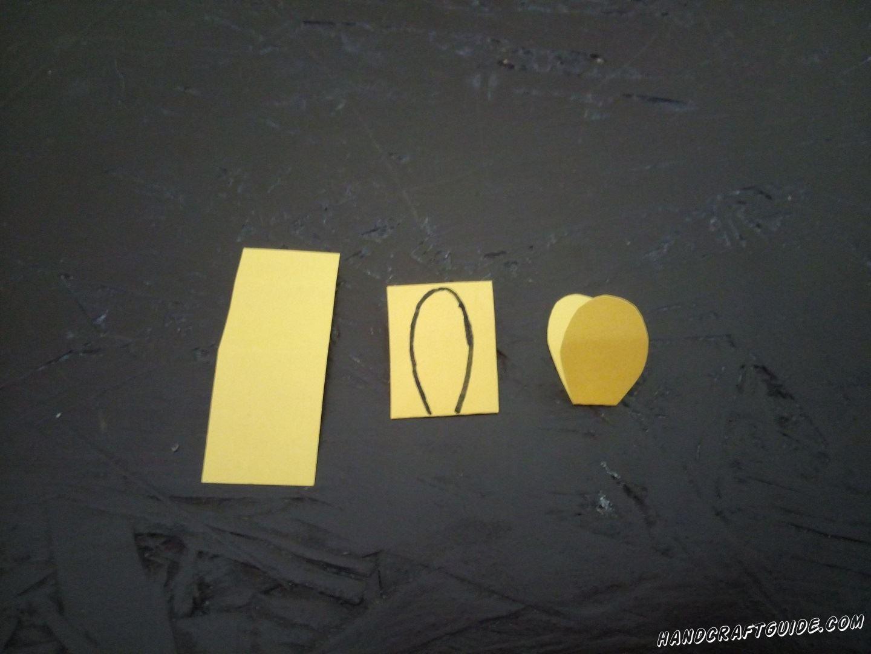 Складываем желтую бумагу пополам и вырезаем клювик