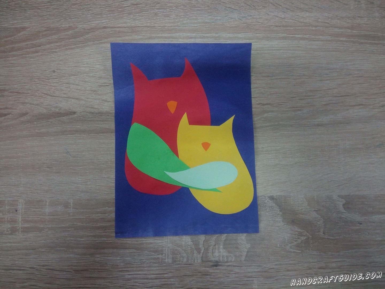 Наклеиваем их на синюю основу, лист бумаги или картона А4 формата. Для начала наклеим красную деталь, а поверх неё, чуть ниже, желтую. Затем приклеиваем крылышки, чтоб наши птички будто отнимались. Большое крыло к большей птице, маленькое крыло в маленькой птичке. Ну и конечно же не забываем про клювики.