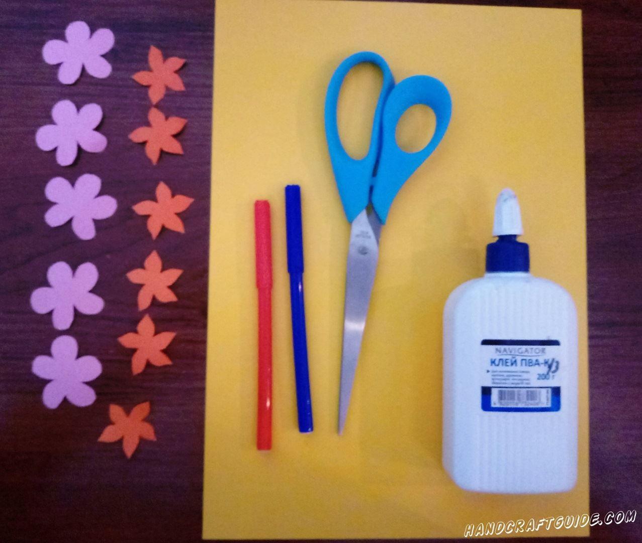 Из сиреневой полоски, вырезаем 5 маленьких одинаковых цветочков Затем берем оранжевую полоску и вырезаем 6 цветочков немного другой формы