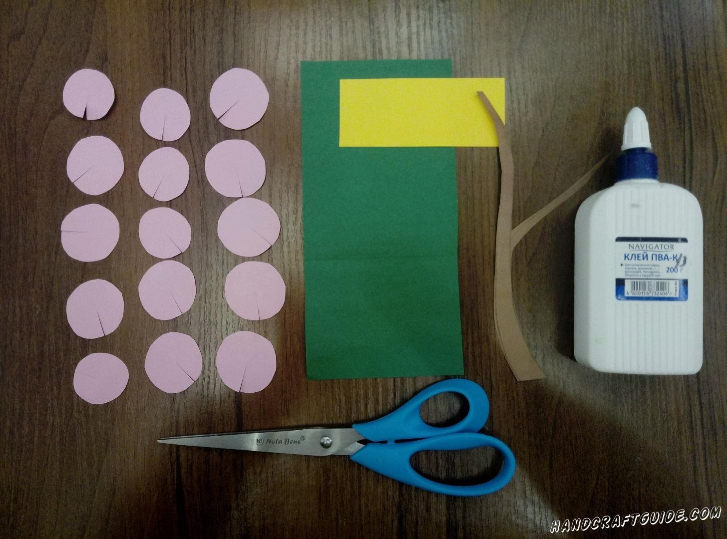 Фиолетовый лист разрезаем на 15 кружочков. На них делаем надрезы к центру